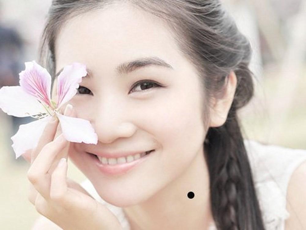 Bói nốt ruồi xuất hiện ở cổ phụ nữ
