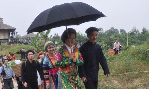 Cô dâu với bộ trang phục truyền thống về nhà chồng
