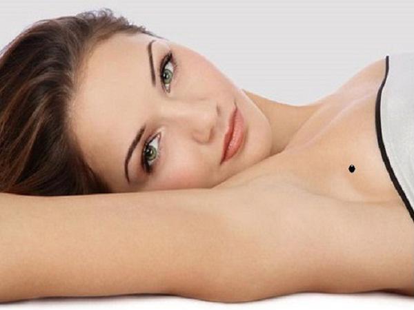 Nốt ruồi ở bên phải bầu ngực thường là nốt ruồi không may mắn