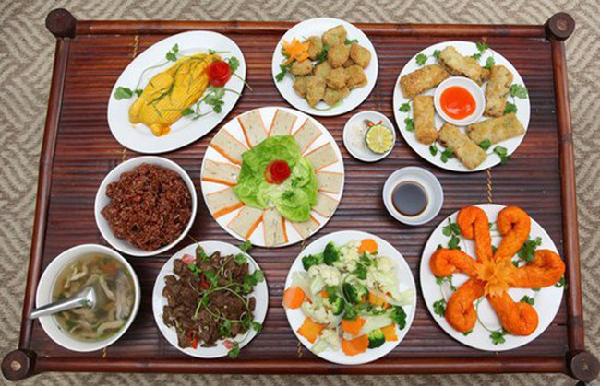 Mâm cỗ cúng gia tiên ngày tết trung nguyên ở Việt Nam