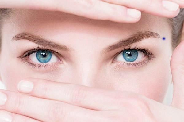 Nốt ruồi trên lông mày nữ có nên tẩy đi không?