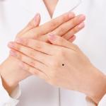 Xem bói vị trí nốt ruồi trên mu bàn tay