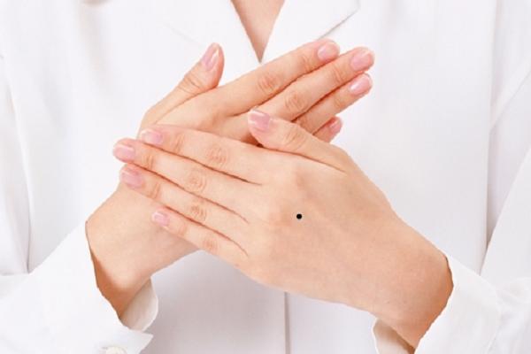 Nốt ruồi trên mu bàn tay có ý nghĩa gì?